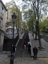 "Just ""a few"" steps to le Sacre Coeur (photo vredit: http://www.lavaleandherworld.wordpress.com)"