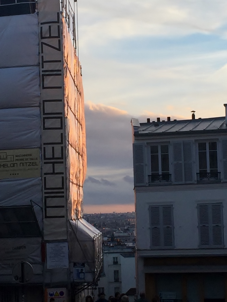 Sunset at Monte Martre, Paris (photo vredit: http://www.lavaleandherworld.wordpress.com)